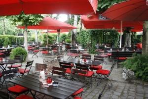 Der Biergarten der Waldeslust in Unterhaching lädt zum Verweilen und Verköstigen von kulinarischen Spezialitäten